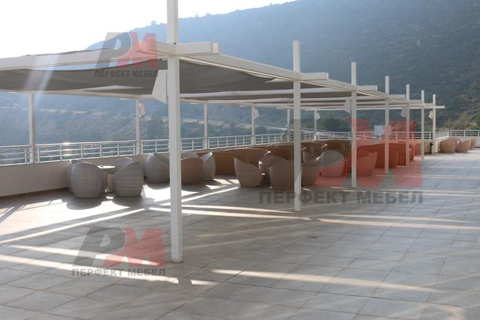 Удобни маси и столове от ратан слонова кост