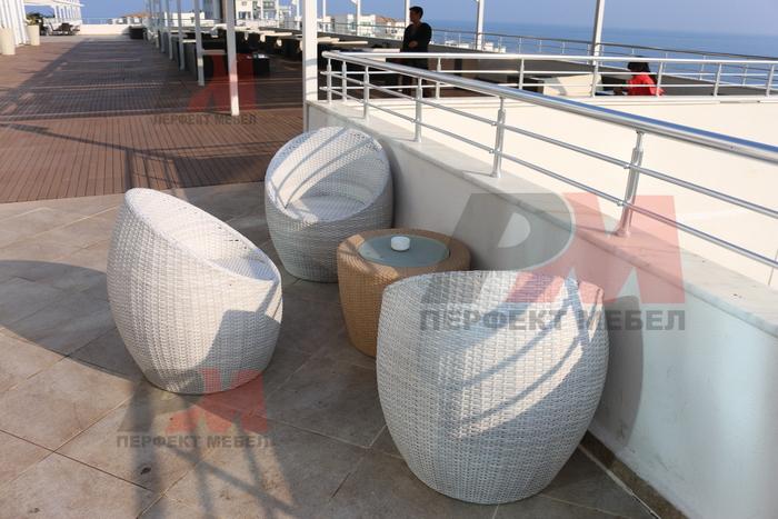 Красиви маси и столове от ратан слонова кост