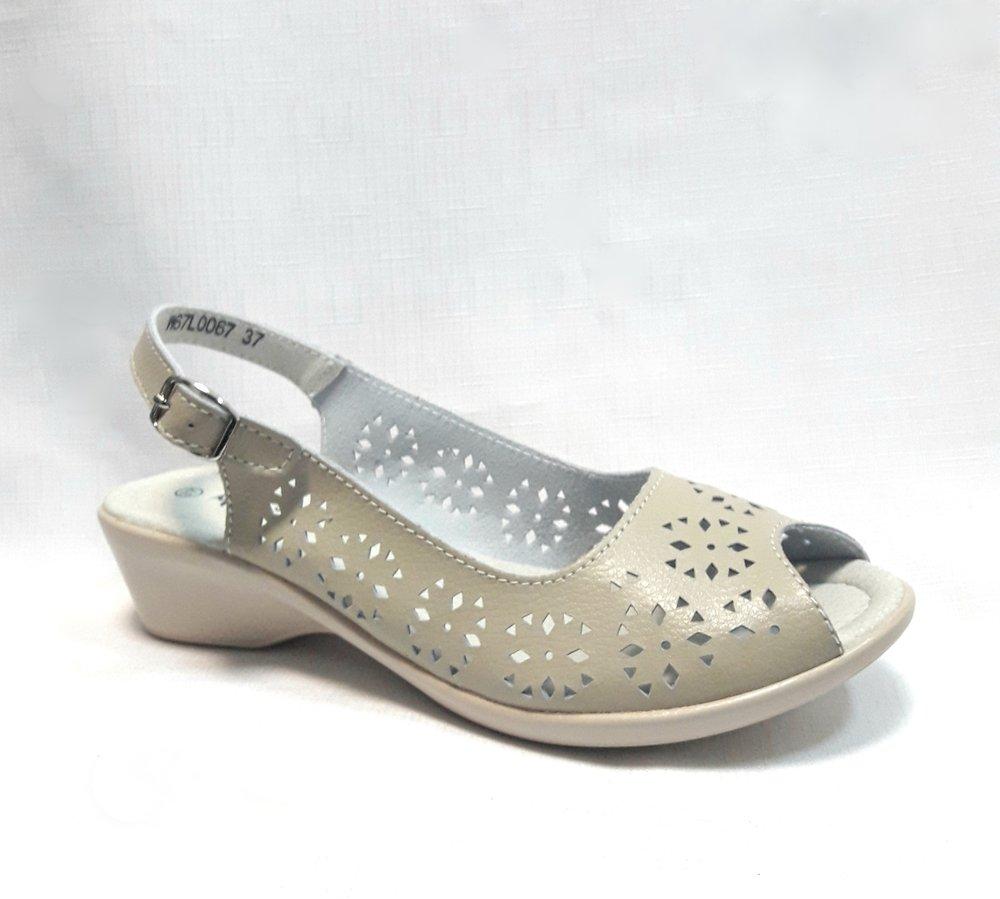 Бежови дамски кожени сандали.