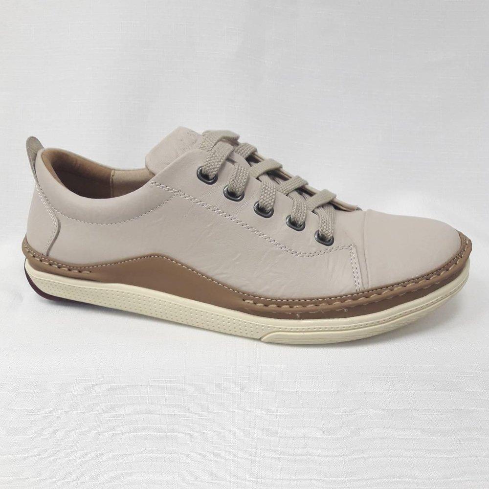 Бежови мъжки обувки от естествена кожа.
