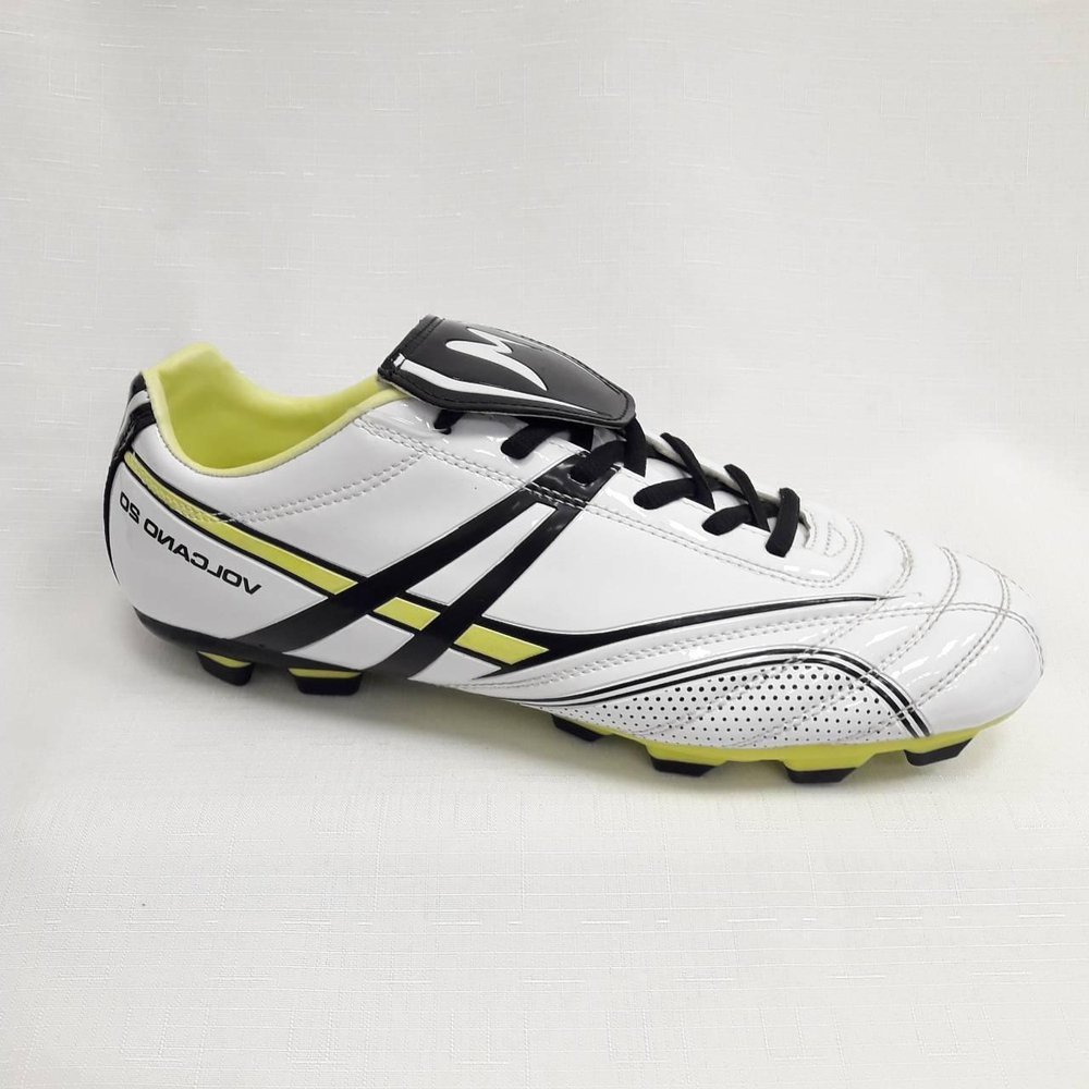 Бели лачени мъжки обувки за футбол.